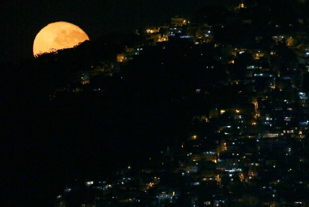 9. Полная Луна решила заглянуть на олимпиаду и повисла над главным стадионом в Рио, 19 августа 2016.