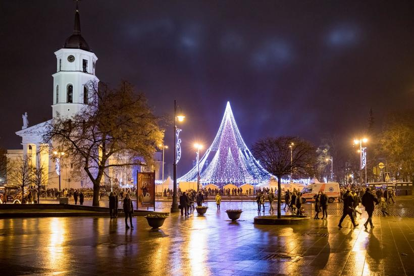 Эта великолепная рождественская елка в Вильнюсе может стать самой крутой елкой в мире