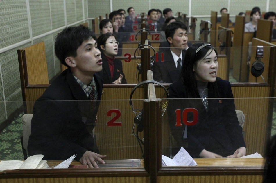 Центральный универмаг в центре Пхеньяна, 9 октября 2011. Свитер стоит 1 696 вон, это примерно 370 ру