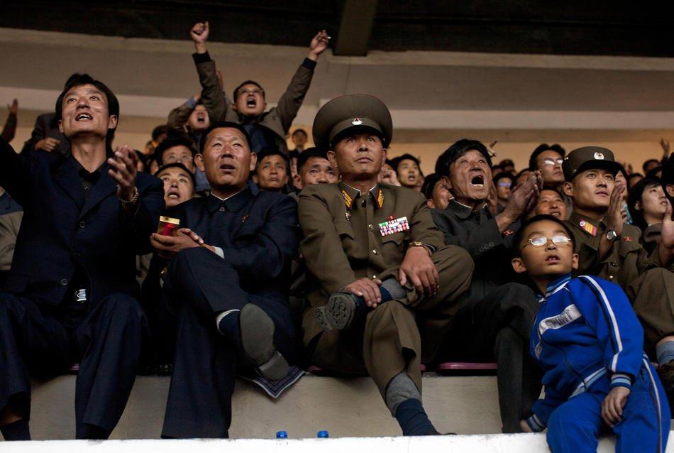 Регулировщик на перекрестке в Пхеньяне зимой: