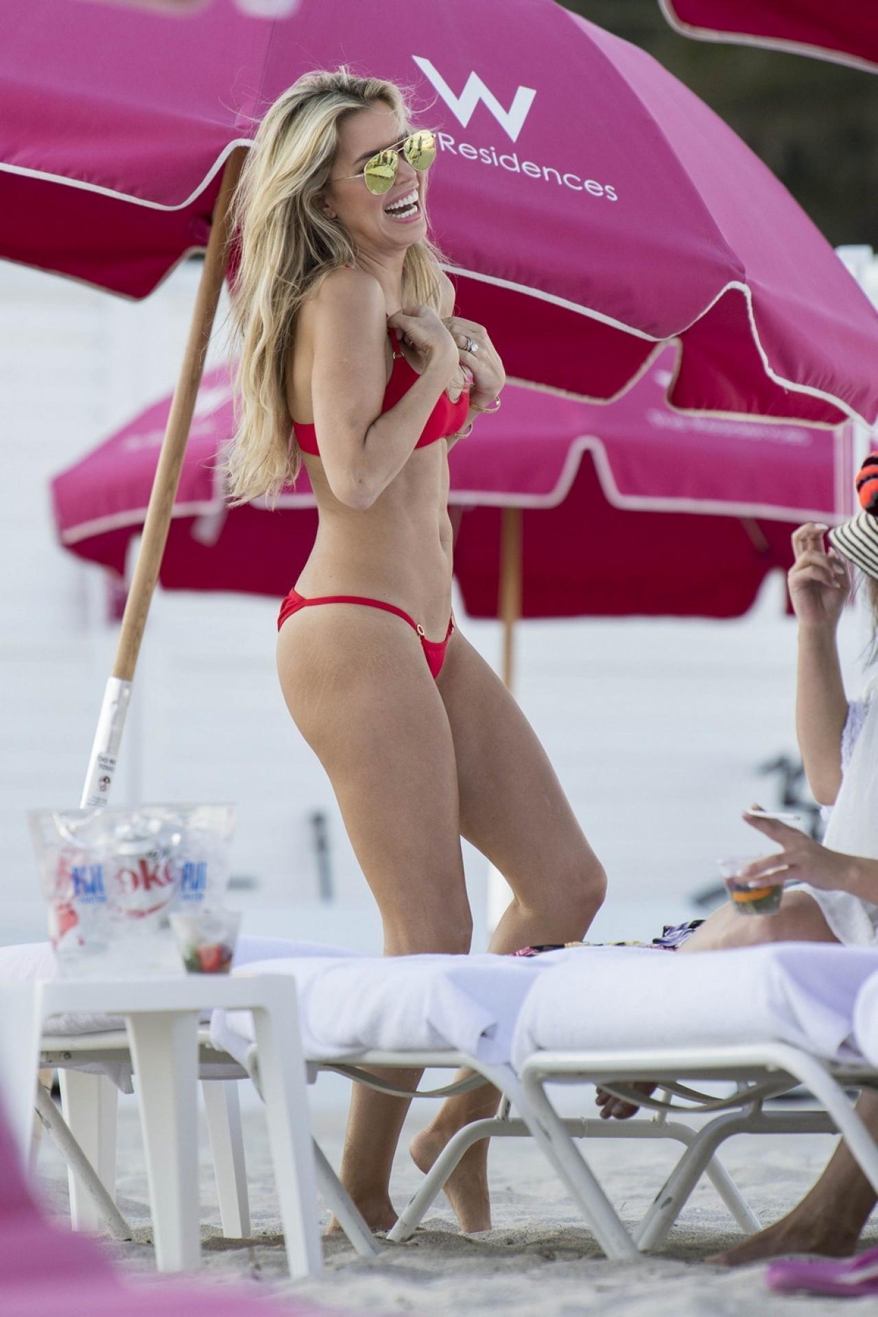 Девушка в красном: Сильвия Мейс позировала в пурпурном бикини