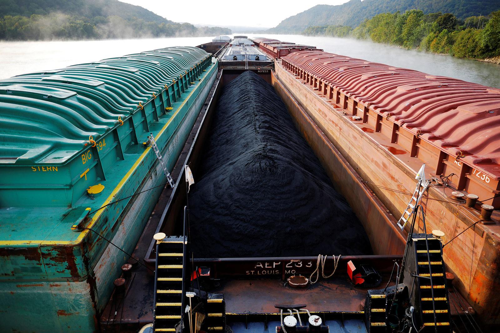 Короткая и интересная фотоистория Reuters о трудностях, с которыми сталкиваются экипажи старых барж