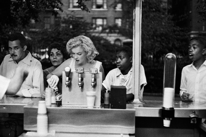 NEW YORK - 1957: Marilyn Monroe eats a hot dog at a counter in 1957 in New York, New York. (Photo by