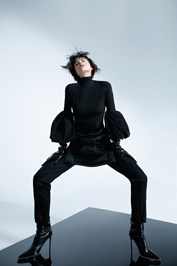 Boots: Alexander WANG Blouse: ELISABETTA FRANCHI Belt: AVTANDIL Pants: N.Jansone Gloves: des