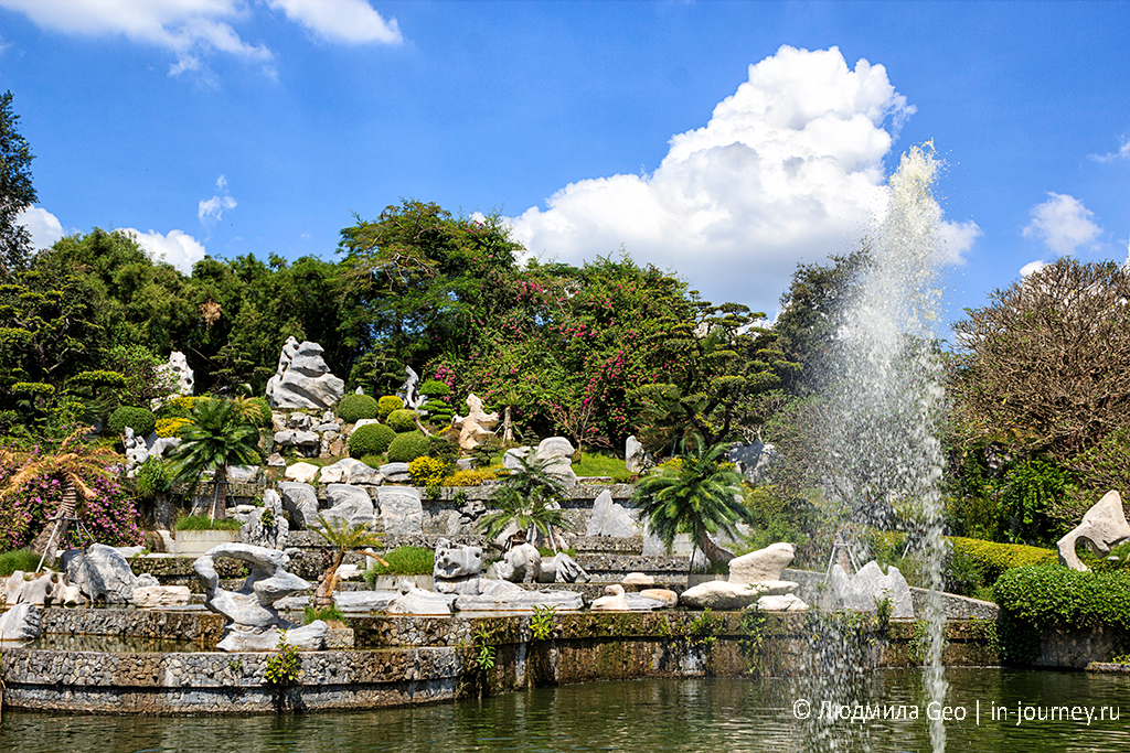 водоем и фонтан в парке миллионолетних камней