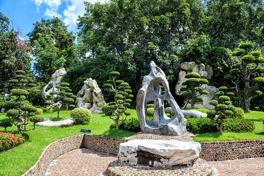 каменные скульптуры в саду древних камней в паттайе