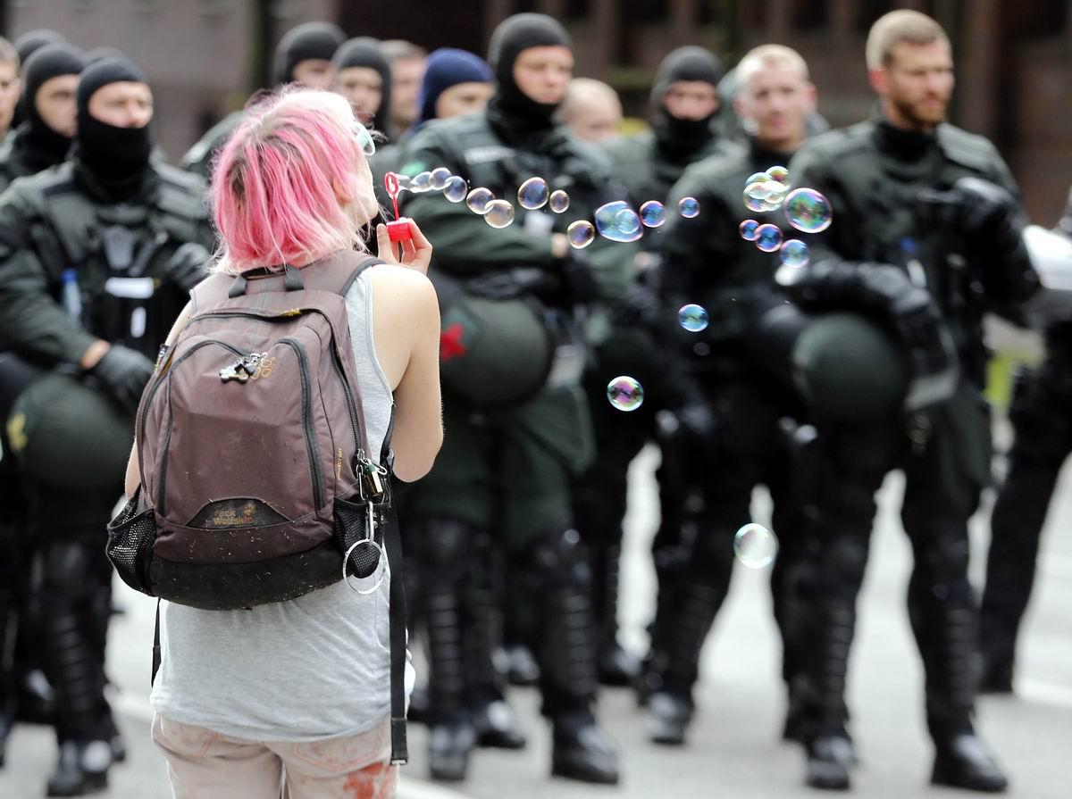 С мыльными пузырями против полицейского спецназа: Особенности немецкого уличного протеста