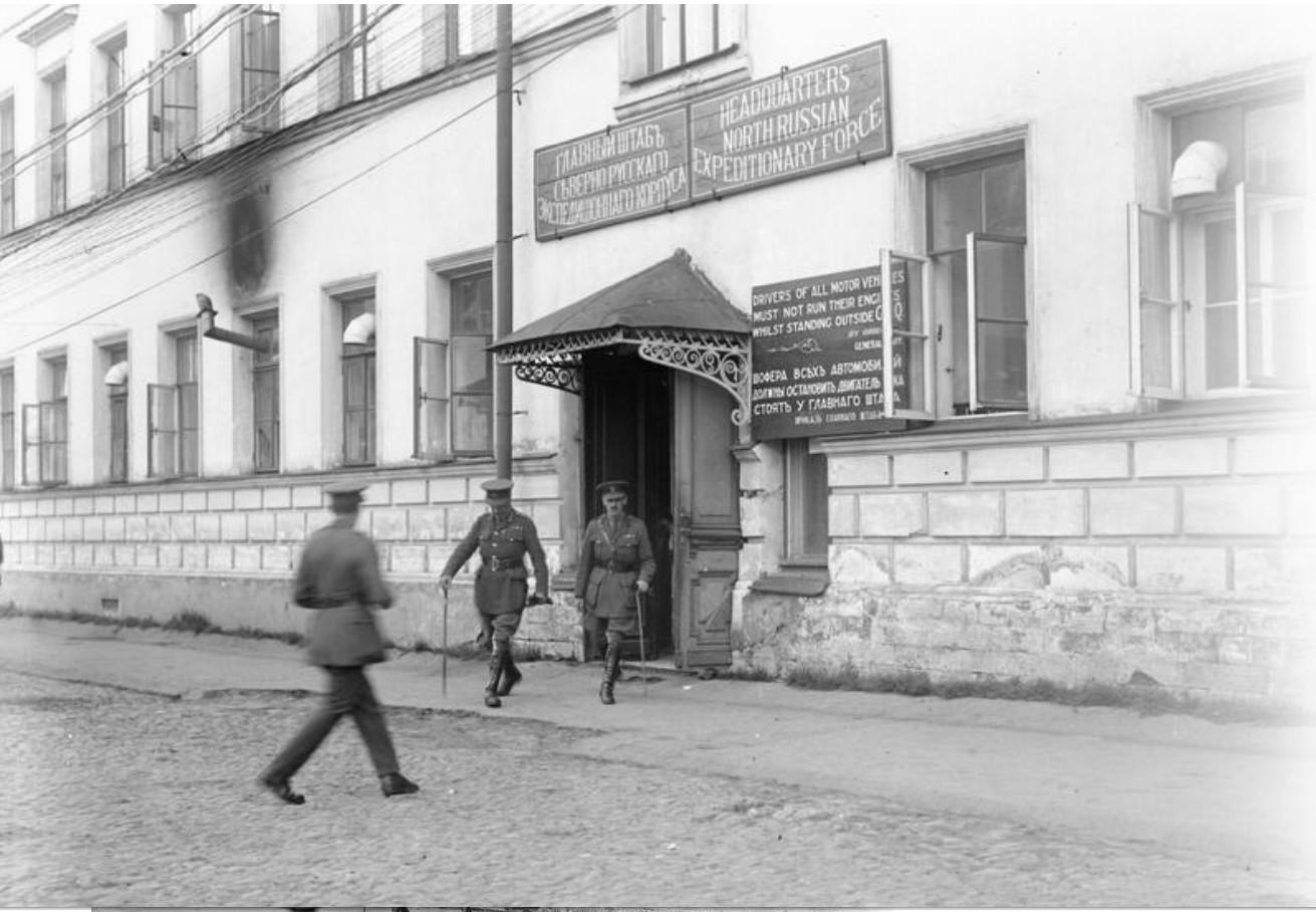 Генерал Генри Сеймур Роулинсон покидает здание главного штаба Северно-Русского экспедиционного корпуса, Архангельск, август - сентябрь 1919
