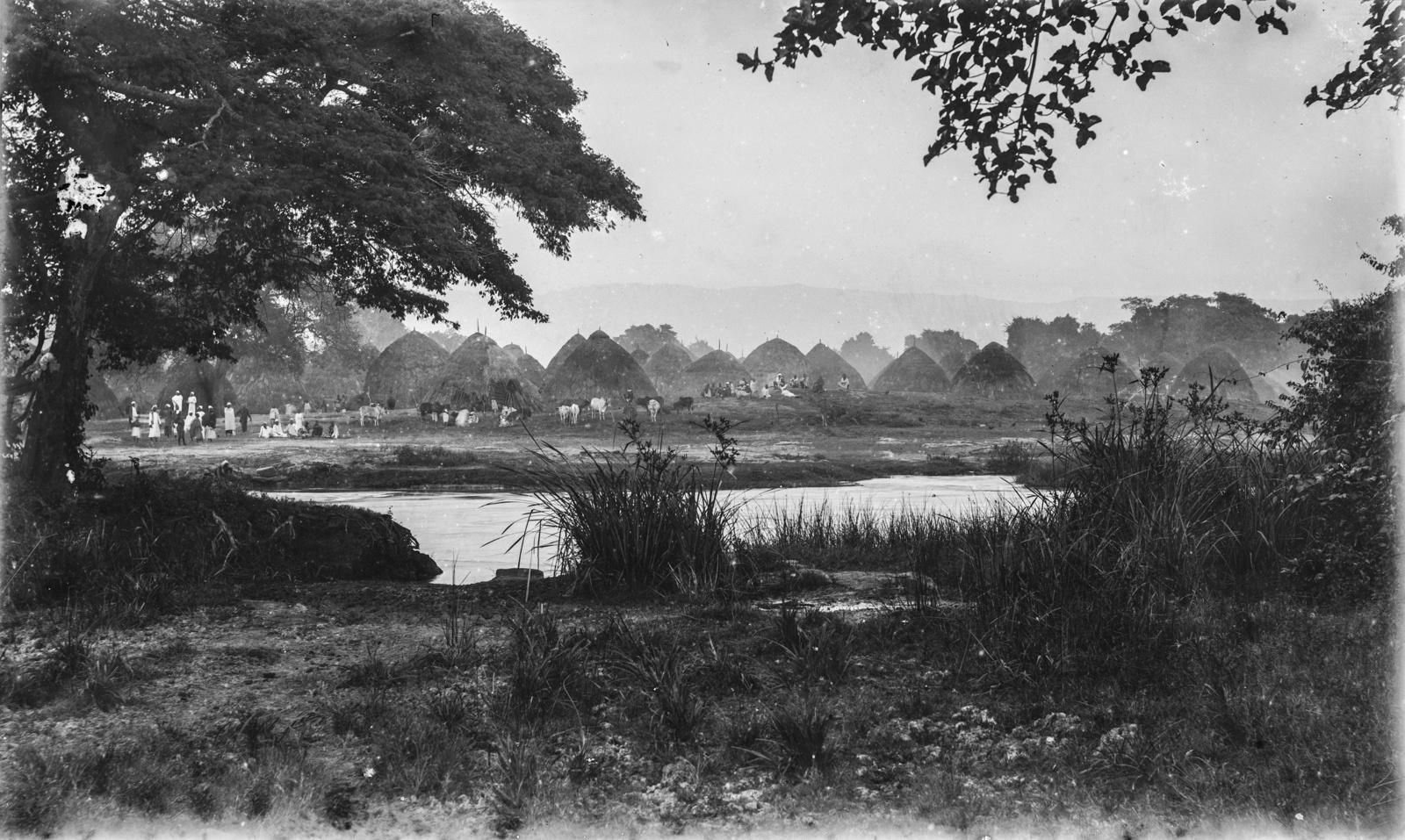41. Соломенные хижины и жители деревни Корогве на реке Пангани