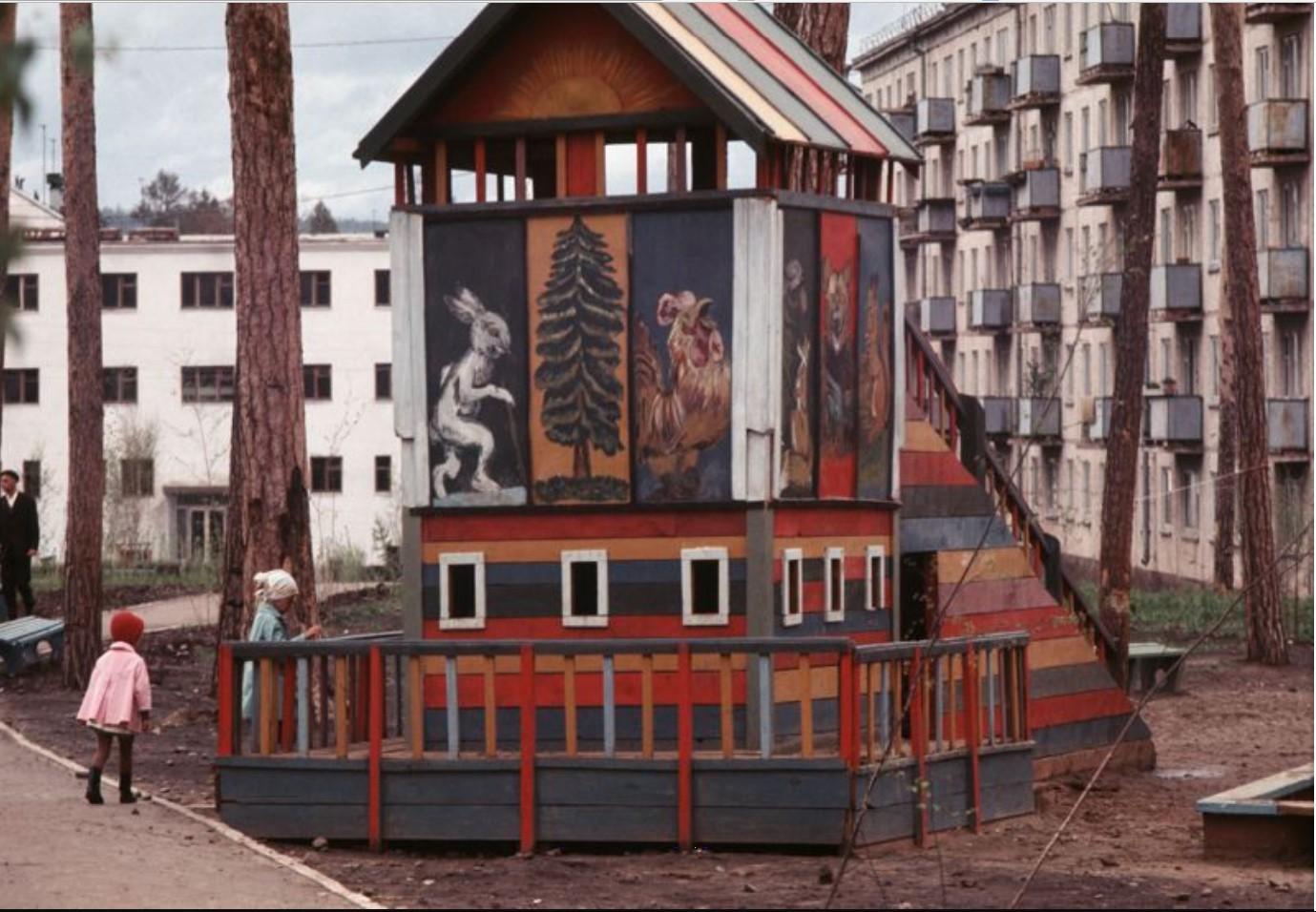 Братск. Детская площадка в жилом районе