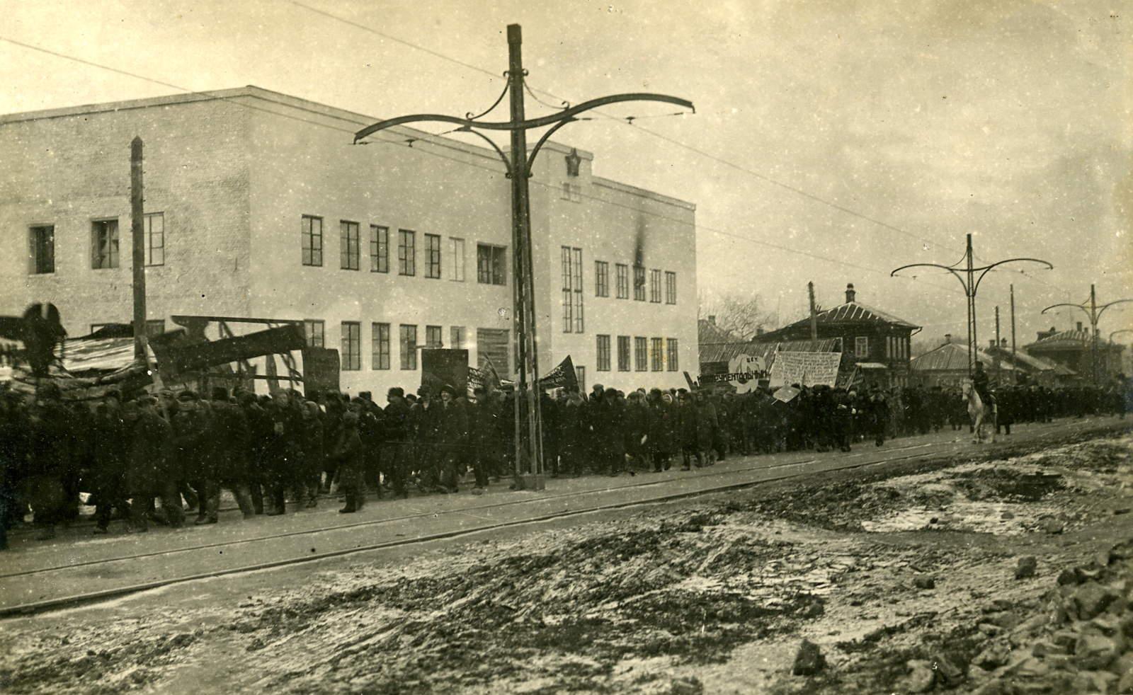 03. Шествие демонстрантов вдоль трамвайных путей, у бани