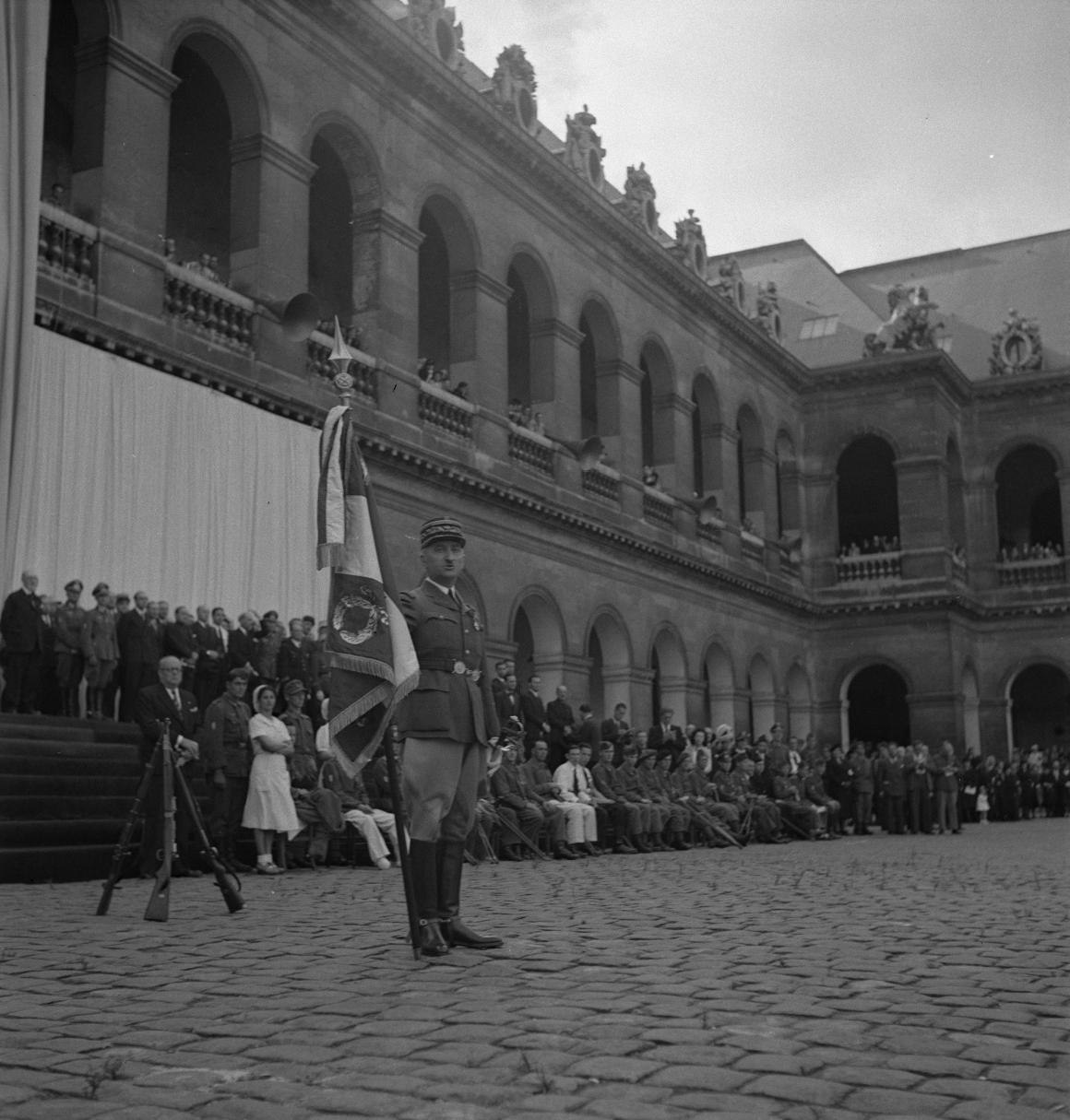 17. Он передает флаг Чанвою, знаменосцу Легиона