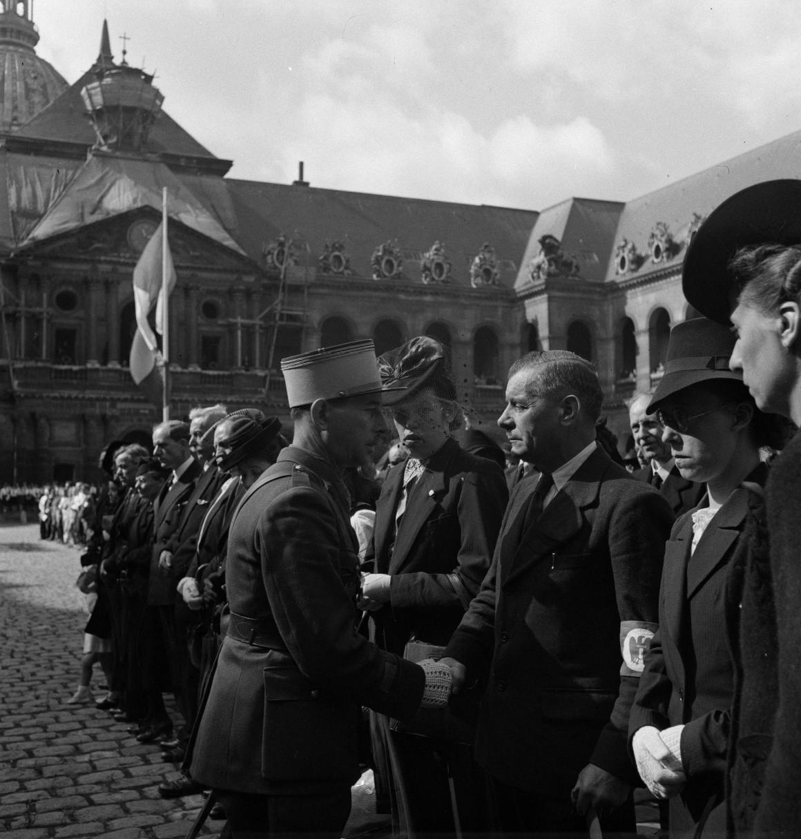 36. Капитан Дюпуи от имени маршала Петена вручает военные кресты семьям погибших легионеров