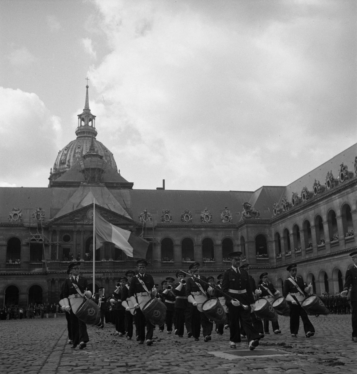 39. Затем под исполнение музыкантами из ВВС Полк Самбры-и-Мааса добровольцы проходят перед трибуной. Возглавляет легионеров капитан Демессин