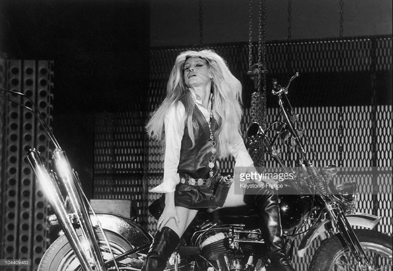 1967. Брижит Бардо в новогодней телепрограмме. Она пела песни, которые специально для нее написал Серж Гинзбур
