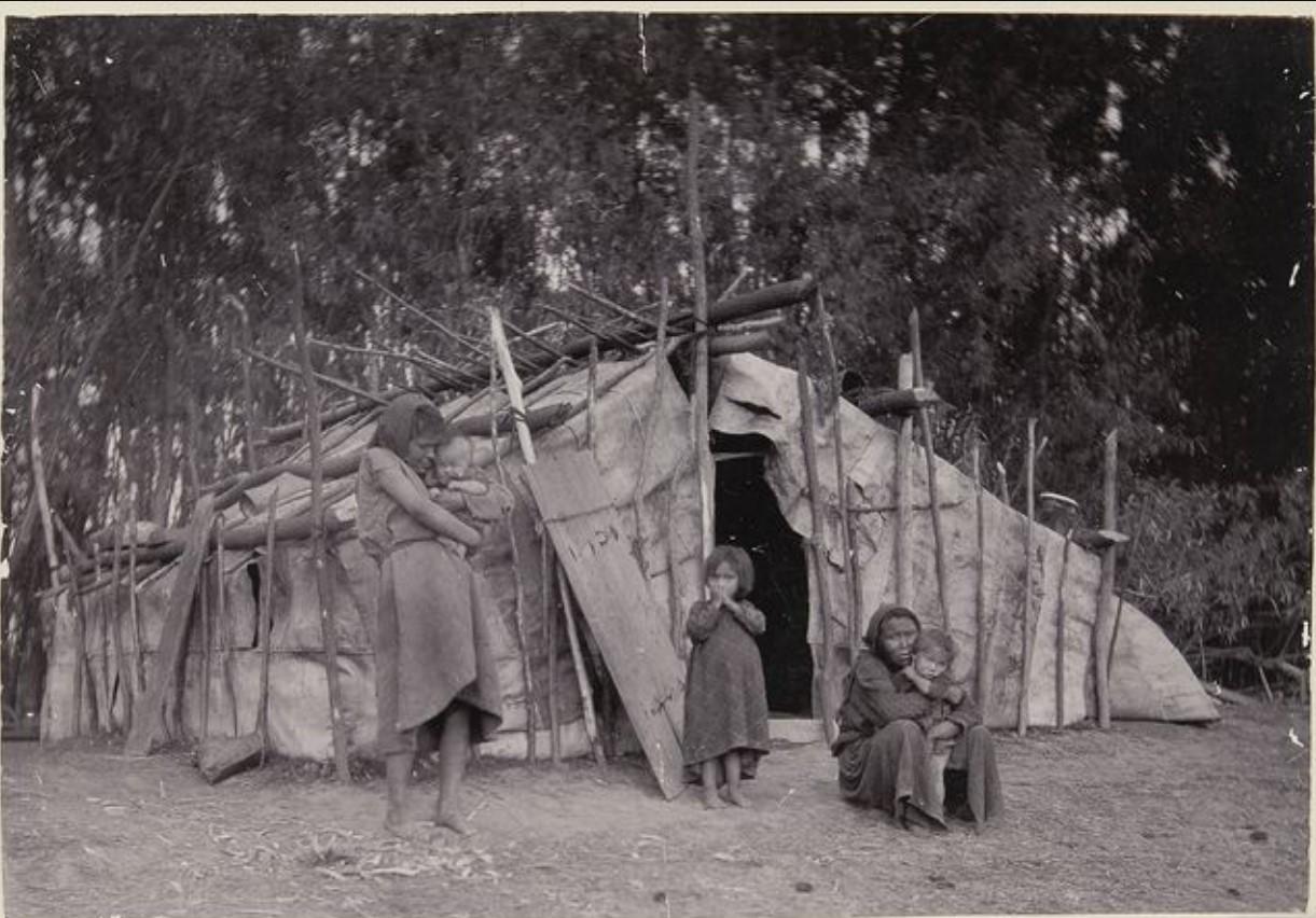 Женщины и дети за пределами летней юрты