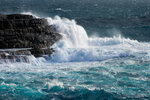 И белым покрывалом волна укутала скалу