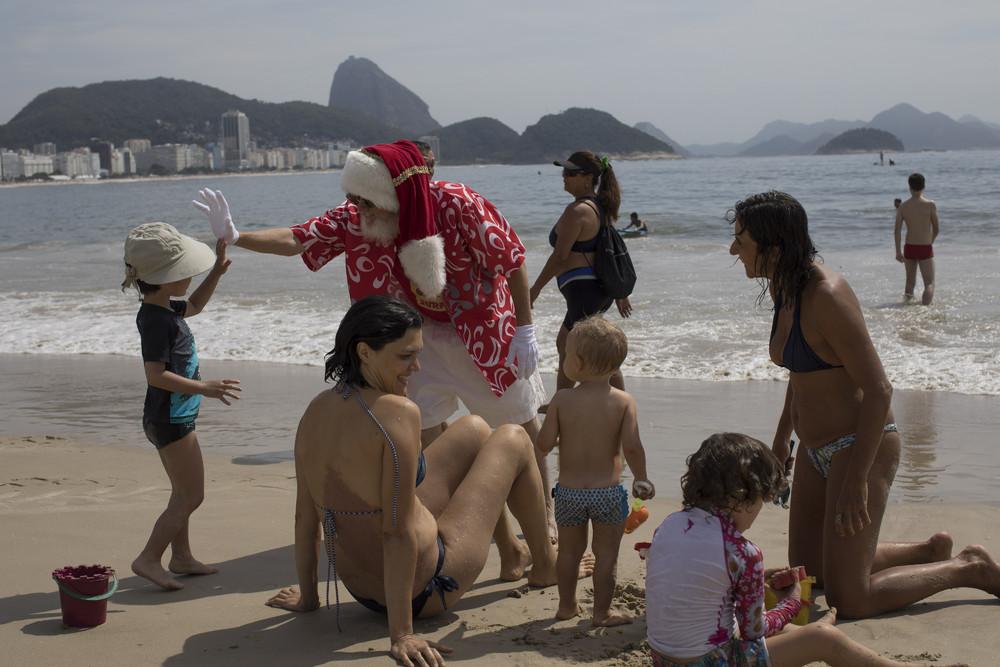 Деды Морозы и Санта-Клаусы шагают по планете