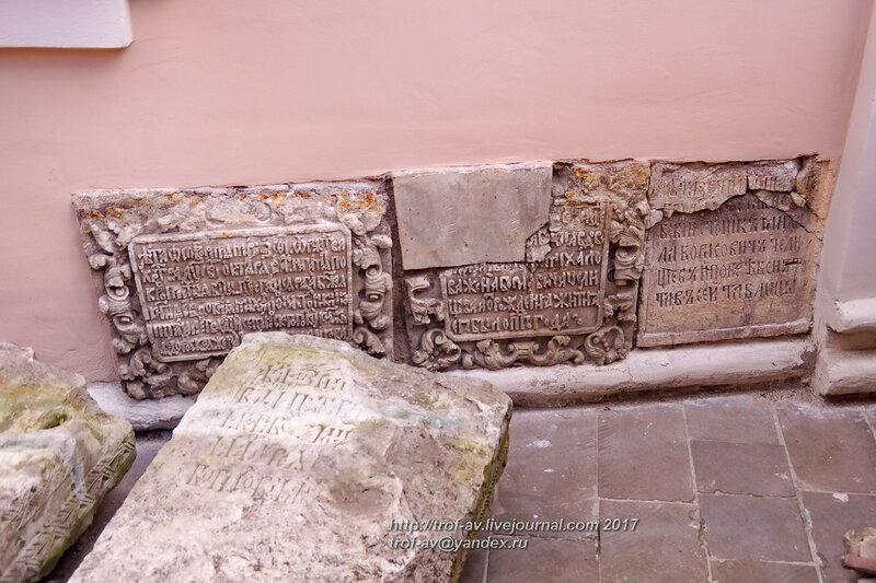 Древние надгробия у церкви Сергия Радонежского в Крапивниках, Москва
