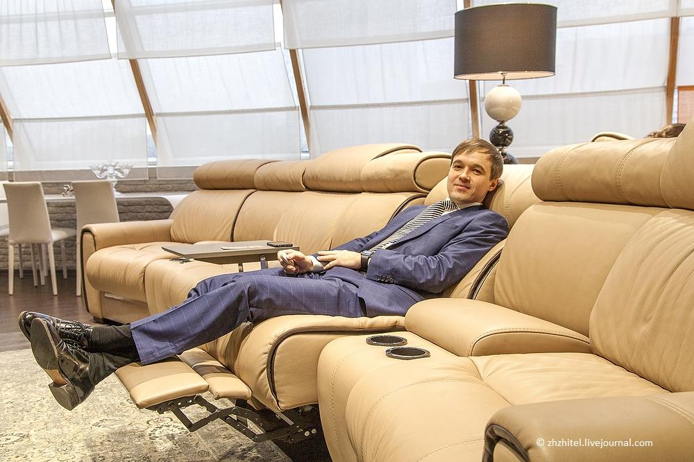 Две русские парочки на диване