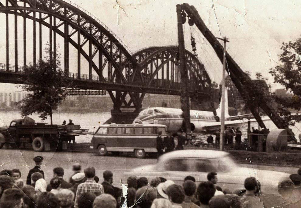 Приводнение Ил-12 в Казани    А 10 годами ранее, 30 апреля 1953 года самолёт И
