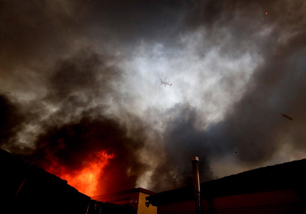 21. Лесные пожары в округе Вентура, Калифорния, 5 декабря 2017. (Фото Ryan Cullom):