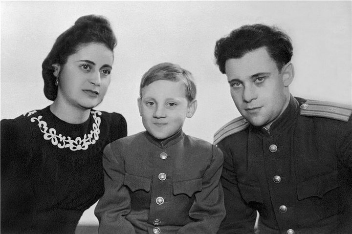 10. 10-летний Володя Высоцкий со своим отцом Семеном Владимировичем и мачехой Евгенией Степановной,