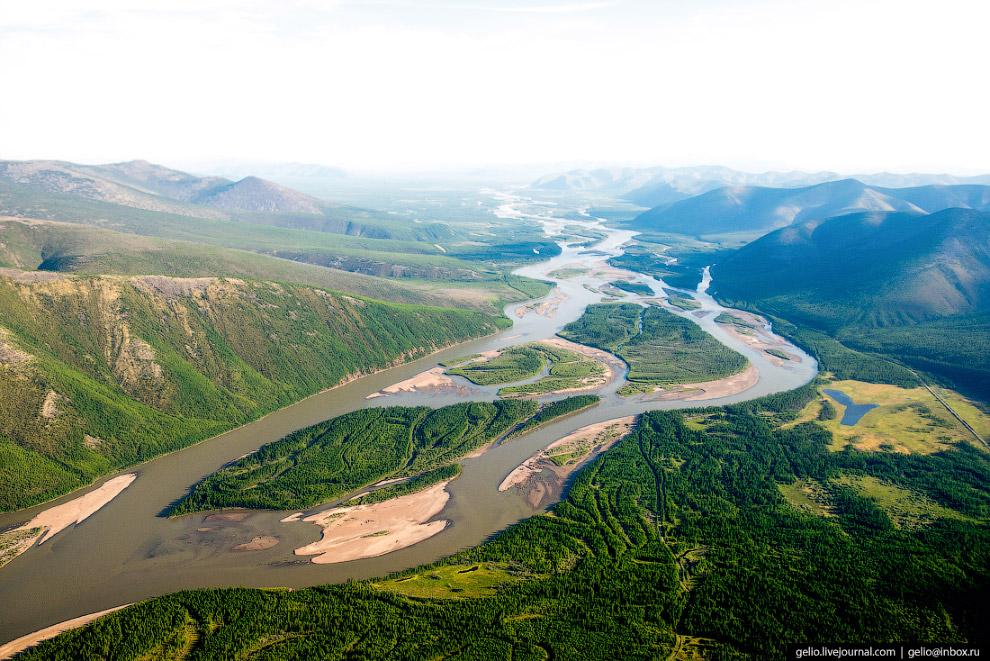 4. Поселок Усть-Нера расположен у места слияния рек Индигирка и Нера. Население около 5,5 тысяч чело