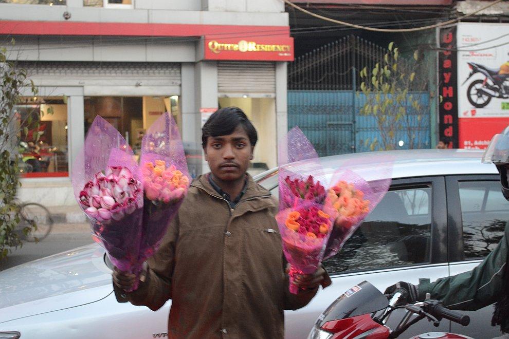 Индийцы и непальцы в большинстве своем глубоко верующие. Очень многие оборудуют машины амулетом из л