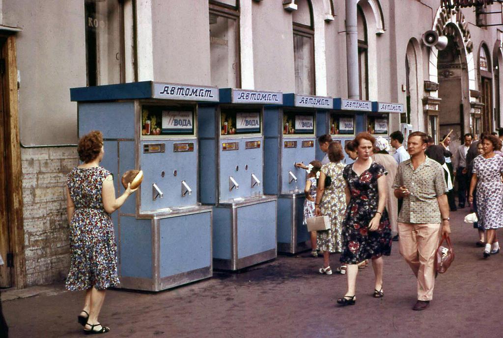 11. Автоматы с водой. Все жители выглядели вполне прилично. Я-то ожидал, что они будут грязными и за