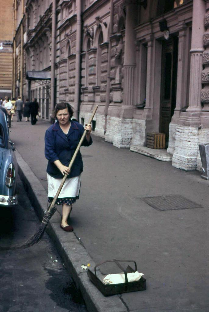 13. По крайней мере, улицы были чистыми, даже если женщин «заставляли работать дворниками».