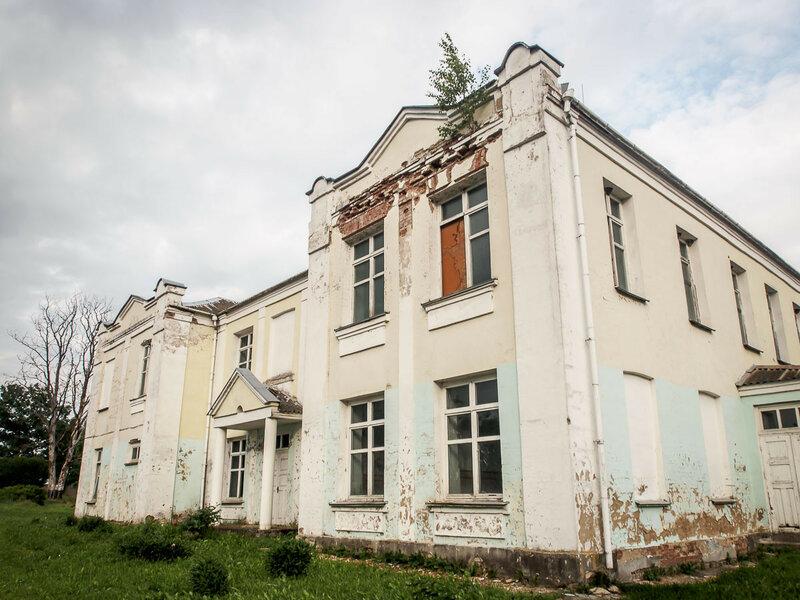 и зловещее полуразрушенное здание.