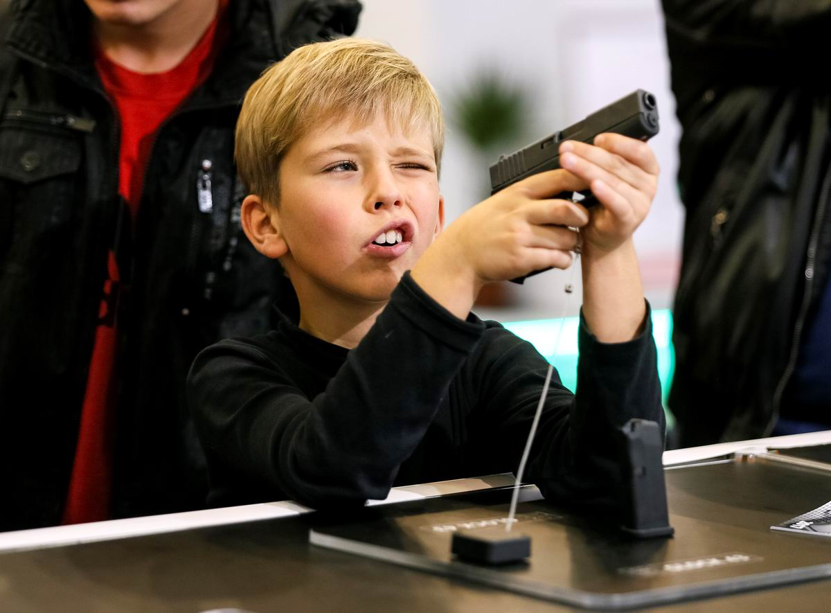 Интересная штуковина: Мальчик на выставке стрелкового оружия