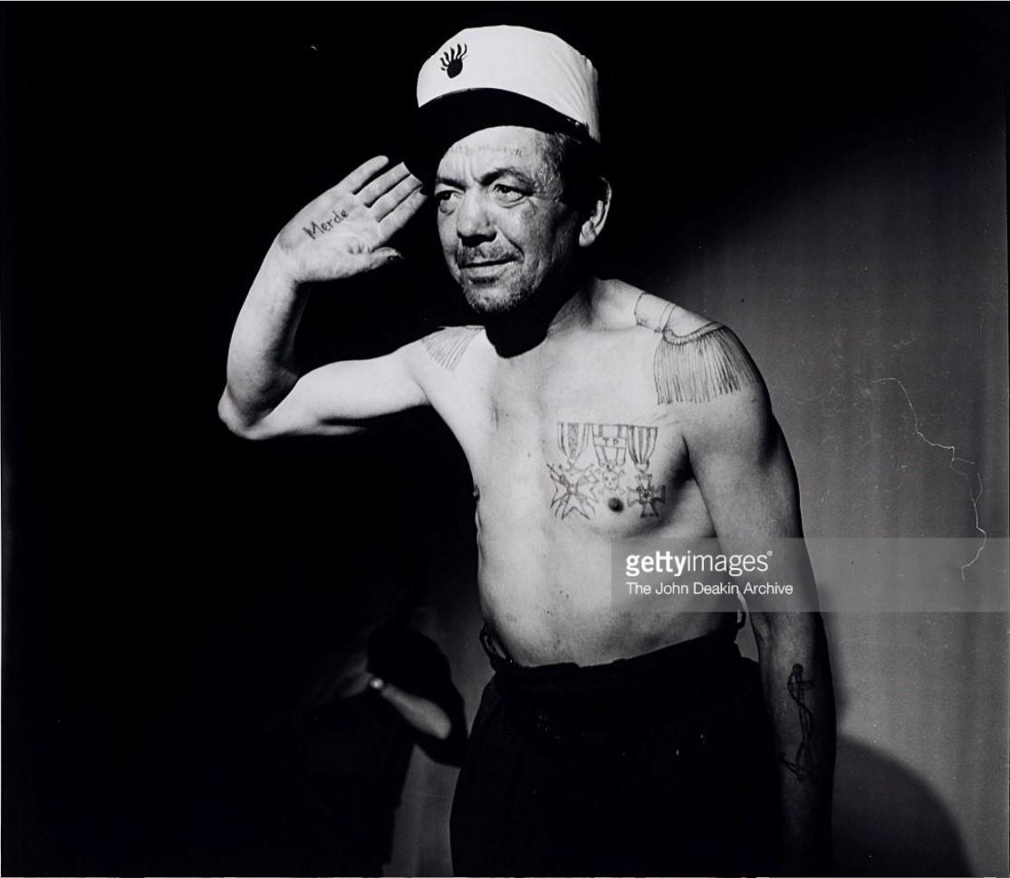 1953. Французский бродяга Леон Будевиль демонстрирует свои татуированные медали и эполеты, Париж
