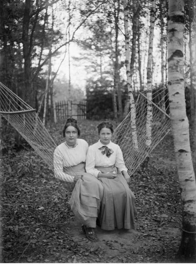 Две женщины на даче сидят в гамаке
