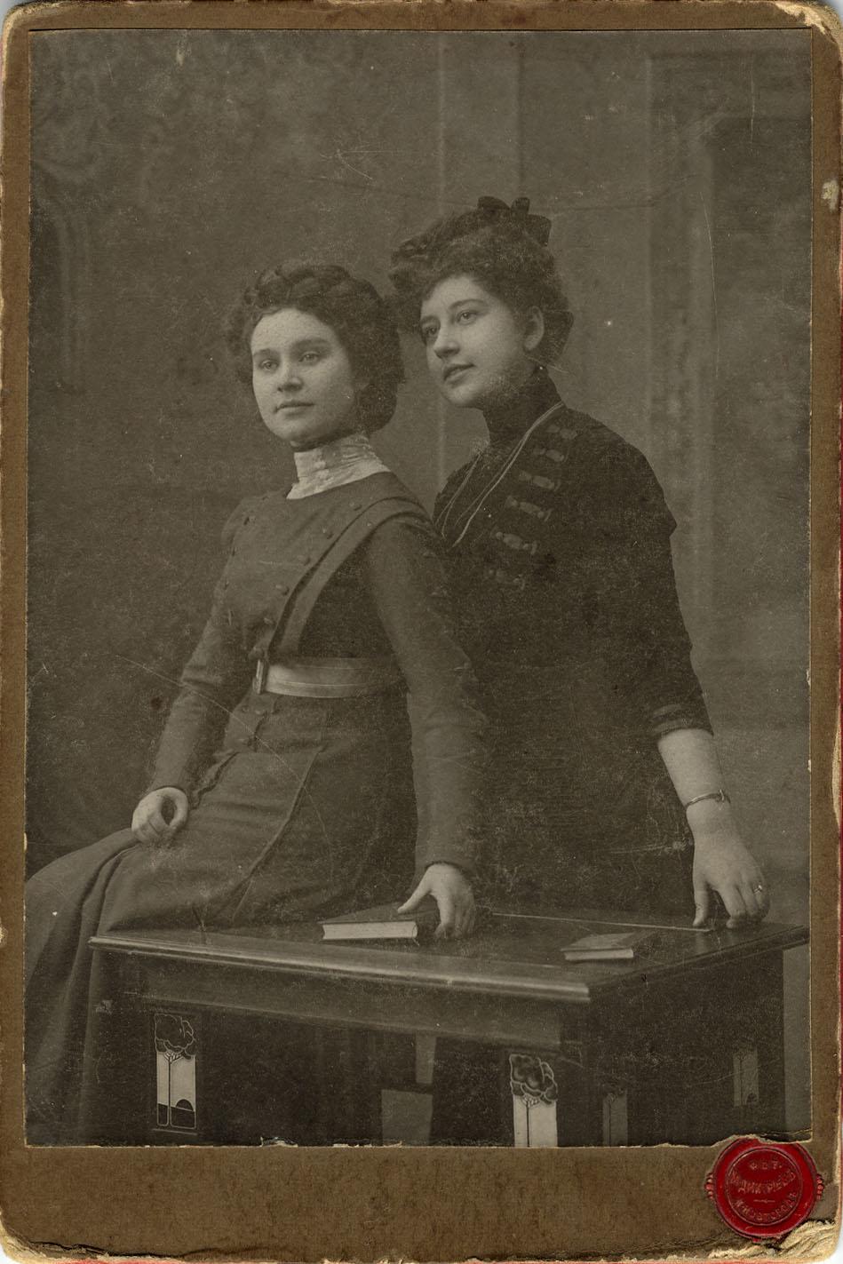 Портрет двух молодых женщин