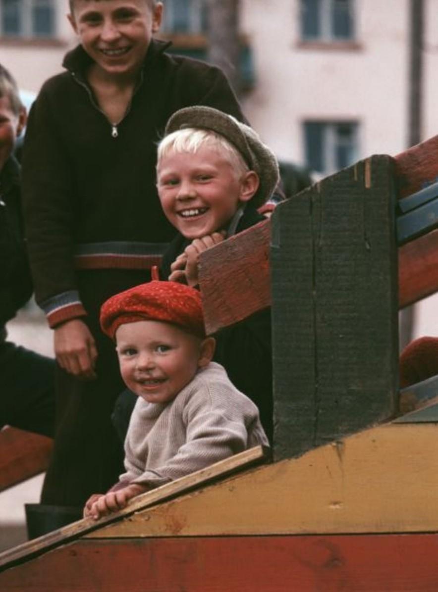 Братск. Дети на детской площадке