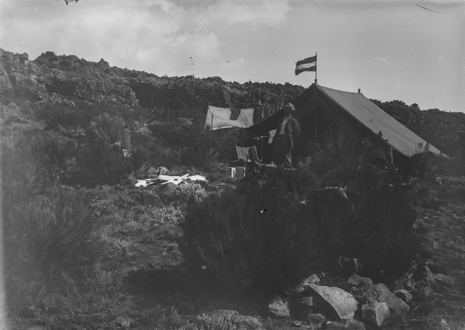 71  Лагерь исследователей на склоне Кибо