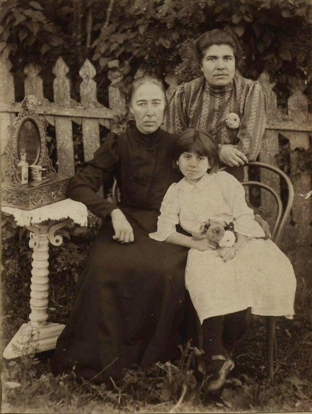 Н.И.Сильванова с тетей и двоюродной сестрой. 1910