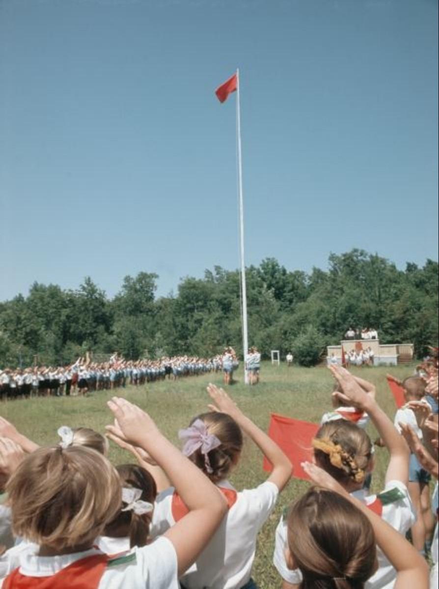 В пионерском лагере. Подьем флага