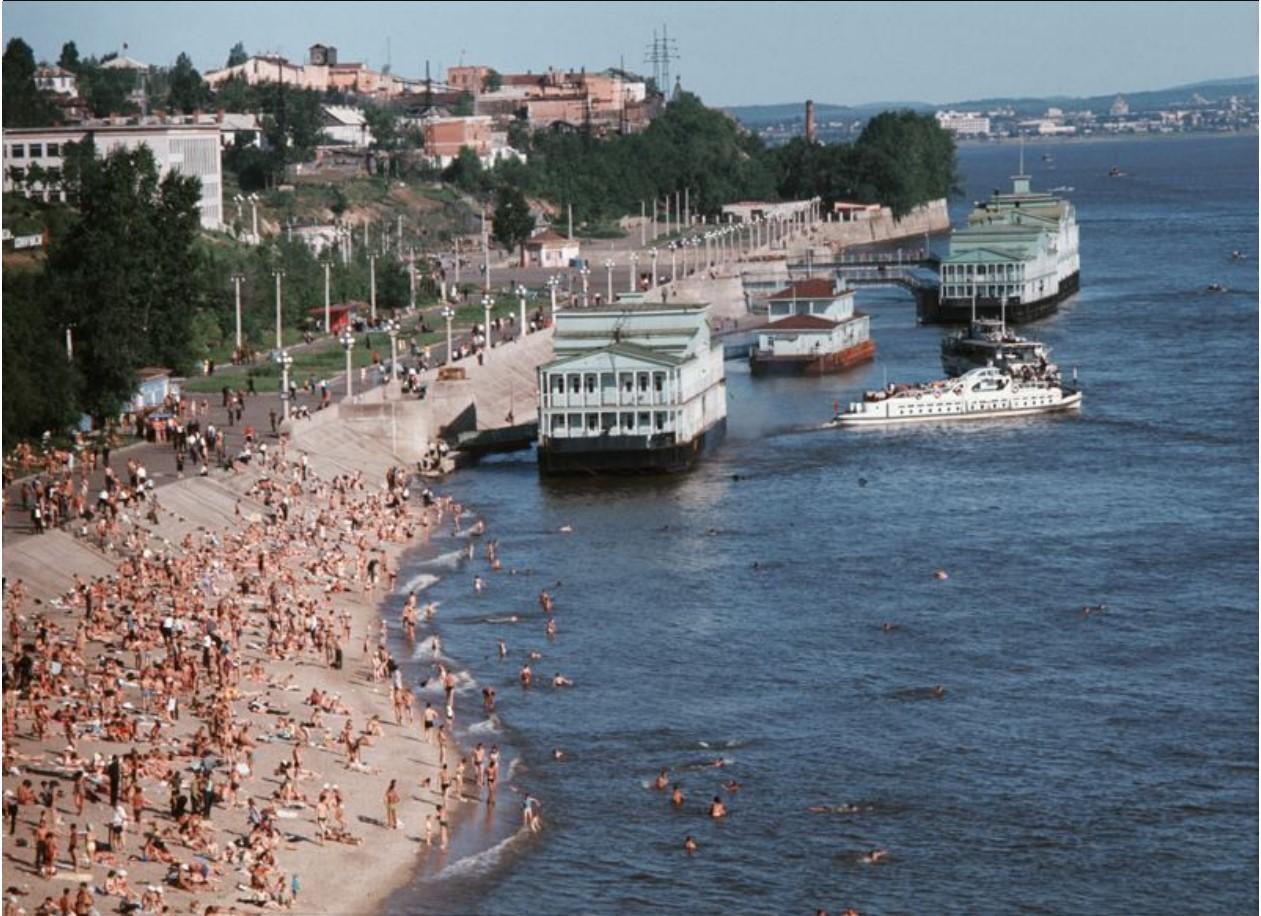 Городской пляж на реке Амур