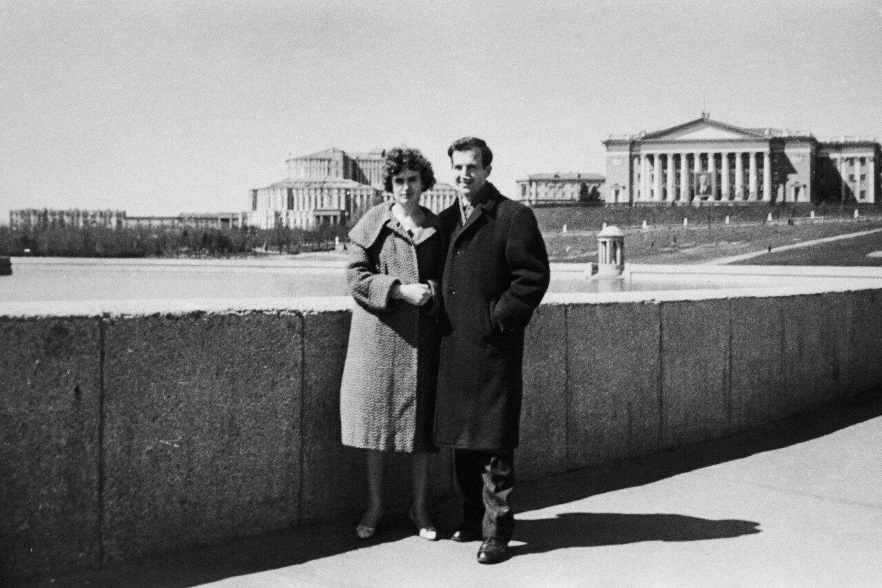 1961. Минск. Токарь «Минского радиозавода имени Ленина» Ли Освальд со своей женой Мариной