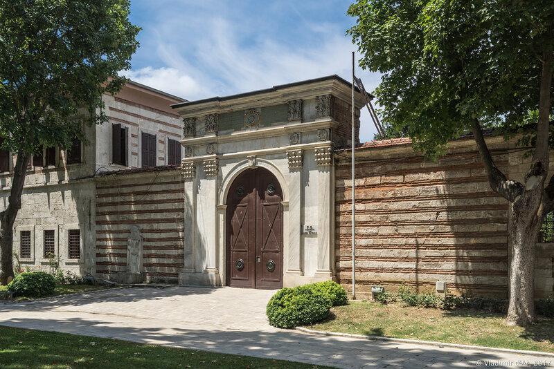 Дворец Топкапы в Стамбуле. Первый двор. Ворота Монетного двора.