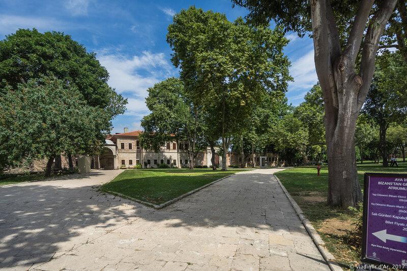 Первый двор дворца Топкапы
