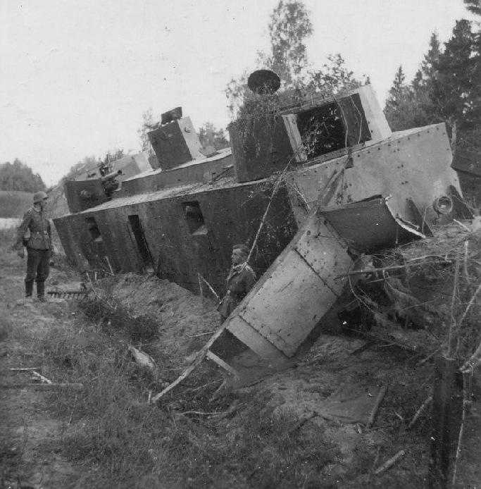 Разрушенный советский броневагон Д-2.
