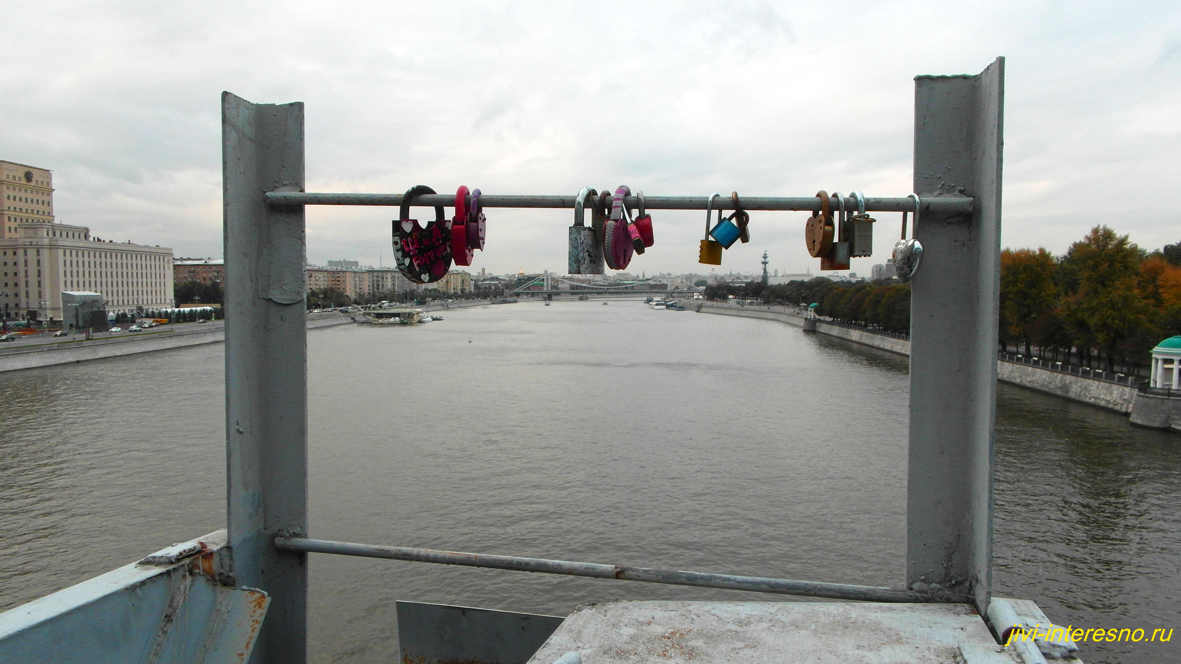Осенняя Москва, Пушкинский мост, замочки