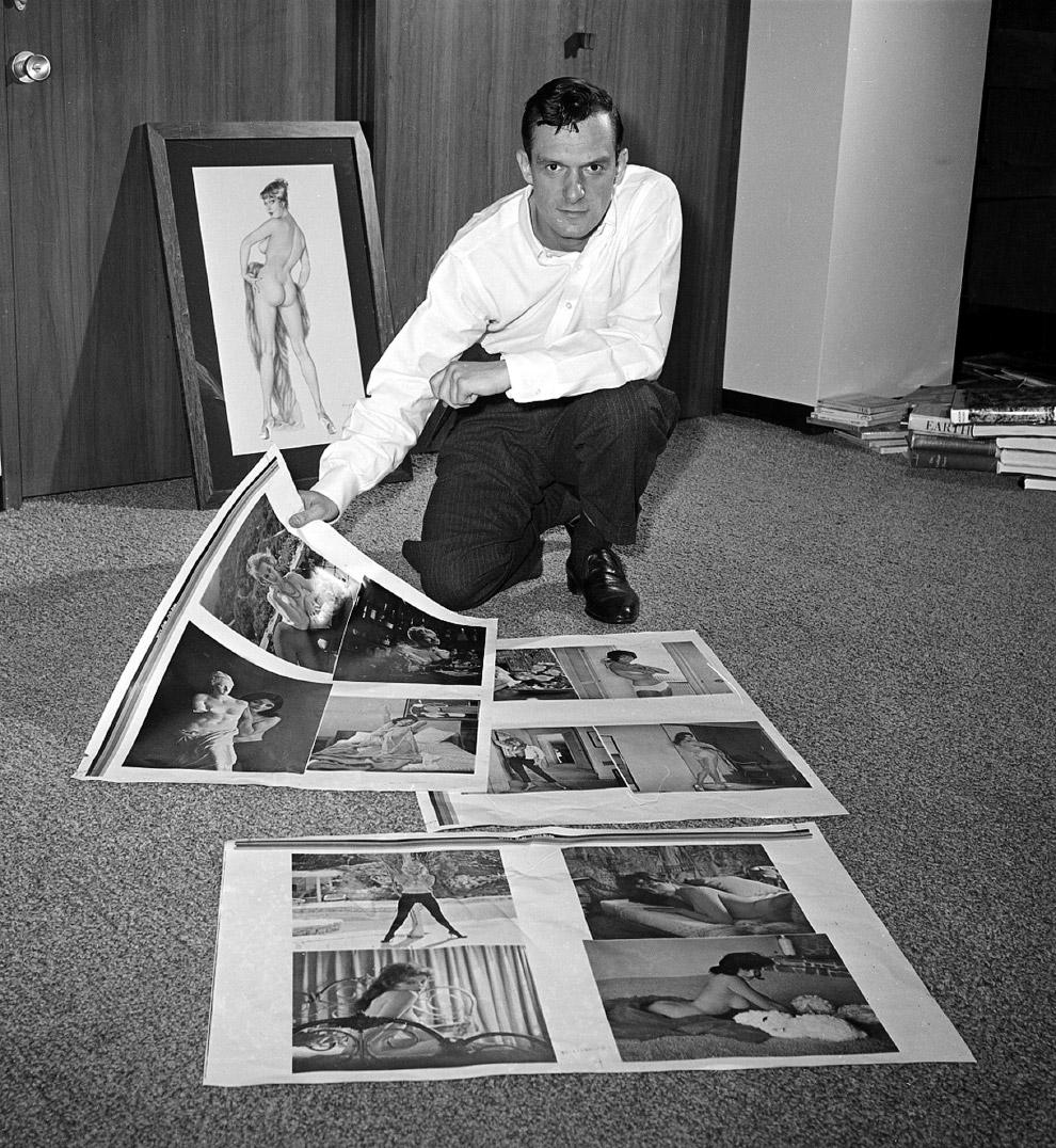 8. Хью Хефнер со своей любимой моделью Барбарой (Барби) Бентон и «зайчиками» Playboy , 1969 г. Хефне