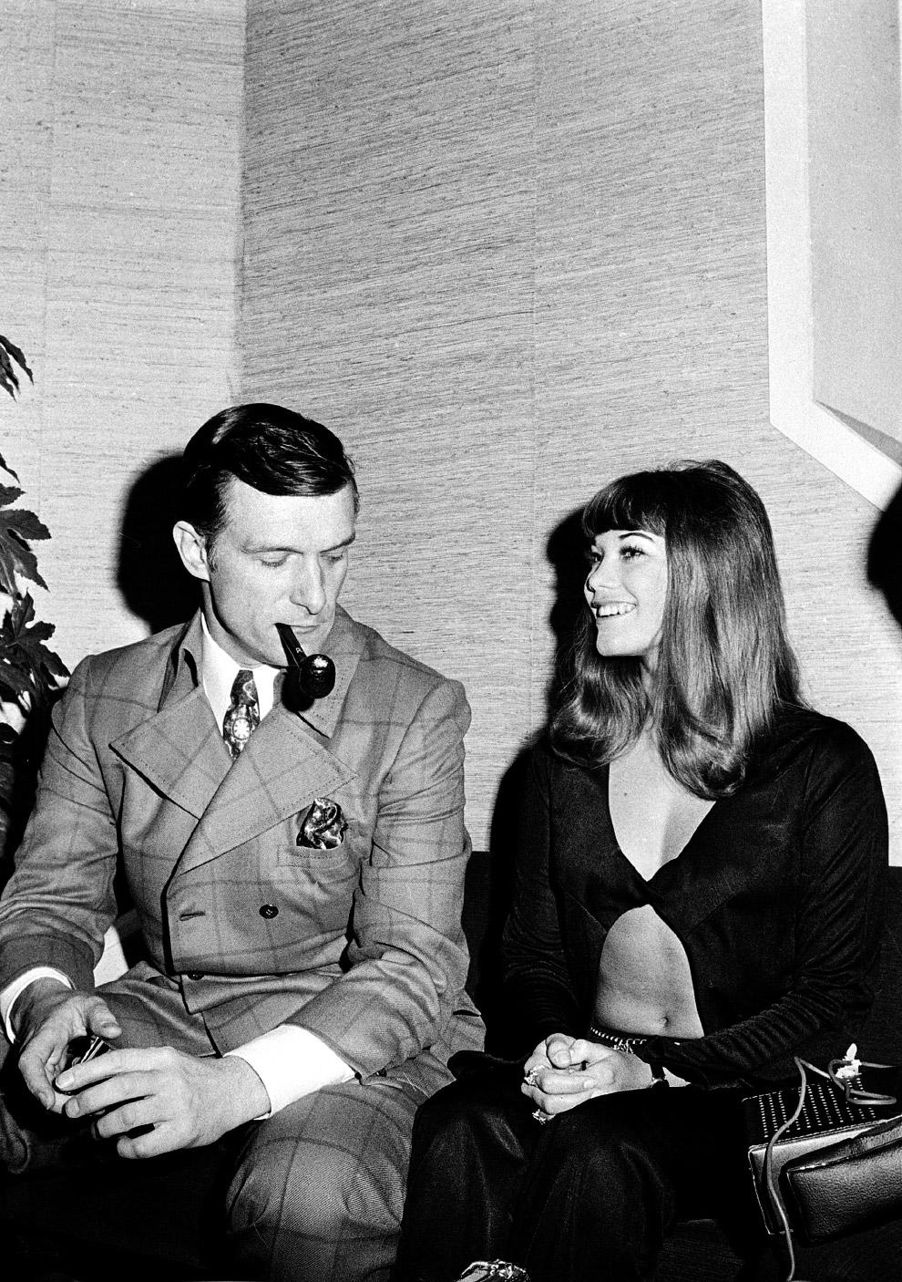 12. Хью Хефнер с Барбарой Бентон и «зайчиками» на борту собственного самолета Big Bunny, 30 августа