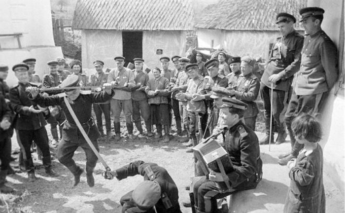 Казаки-гвардейцы танцуют в короткие минуты отдыха в перерывах между боями. Украина, Карпаты, 1944 го