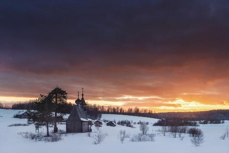 Что смотреть. Над деревней, на холме, стоит старинная деревянная Никольская часовня — символ Кенозер